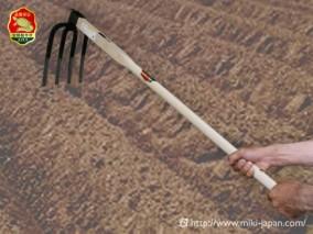 手打鍛造 大型鍬 四本爪備中鍬 1050mm 厳選本樫柄付